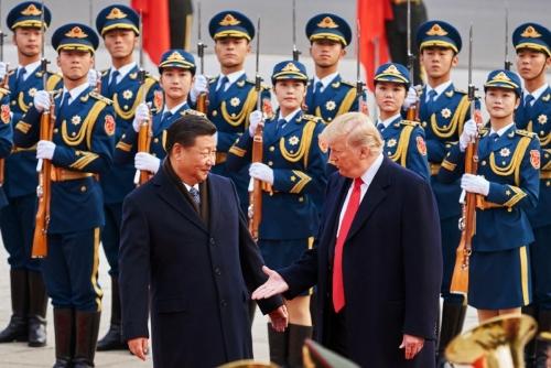 ▲지난해 11월 시진핑(왼쪽) 중국 국가주석과 도널드 트럼프 미국 대통령이 중국 베이징에서 만나 인사하고 있다. 베이징/타스연합뉴스