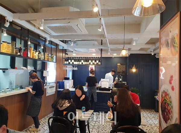 ▲매장의 내부 모습. 평일 점심시간대 직원 2~3명이 홀을 바쁘게 움직이고 있다.