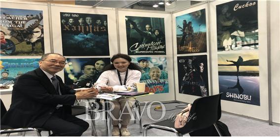▲아시아 프로젝트 마켓에서 몽골 영화사 대표와 함께.(신용재 동년기자)