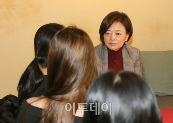 ▲진선미 여성가족부 장관은 10월 29일 오후 서울 강서구 소재 한 카페에서 가정폭력으로 어머니를 잃은 세 자매를 만나 위로했다. (사진제공=여성가족부)