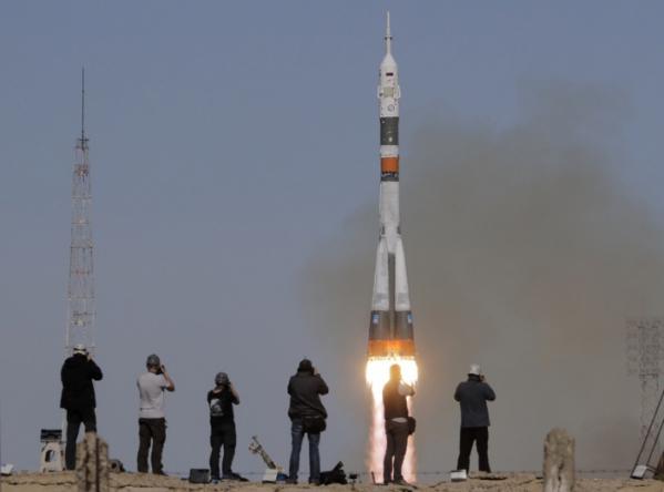 ▲카자흐스탄 바이코누르 우주기지에서 11일 오전(현지시간) '소유스 MS-10' 러시아 우주선을 발사하는 과정에서 우주 발사체 엔진에 사고가 발생한 것으로 알려졌다.     리아노보스티 통신이 자체 소식통을 인용, 러시아 우주인 알렉세이 오브치닌과 미국 우주인 닉 헤이그 등 우주인 2명이 비상 착륙했으며 모두 생존해 있다고 전했다. 사진은 이날 우주선을 실은 소유스 FG 로켓이 발사되는 모습. (AP/연합뉴스)