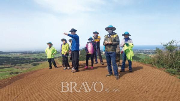 ▲오름 보호활동을 펼치고 있는 오름매니저들. (사진제공: JDC)