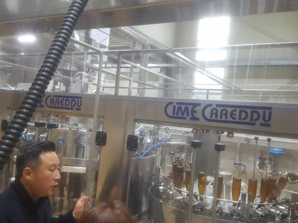 ▲김희상 세븐브로이 양평 공장장이 19일 수제맥주 '한강'의 제조 과정을 설명하고 있다. (사진=고대영 기자 kodae0@)