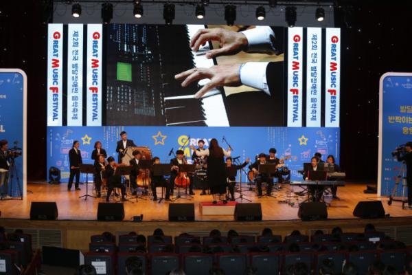 ▲SK이노베이션이 후원하는 '제 2회 전국 발달장애인 음악축제 Great Music Festival'행사에서 결선 무대 진출 팀들이 공연을 펼치고 있다.(사진 제공=SK이노베이션)
