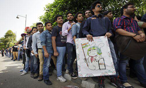 ▲인도 뉴델리에서 샤오미 신제품 출시를 앞두고 길게 줄이 늘어서 있다. 뉴델리/블룸버그