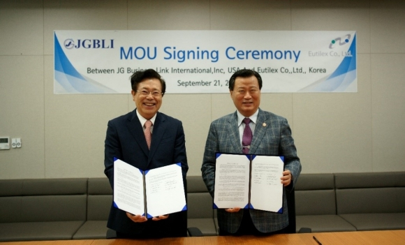 ▲권병세 유틸렉스 대표(왼쪽)와 이근선 JG그룹 회장(오른쪽)이 지난 9월 21일 유틸렉스 사무실에서 MOU를 체결했다.