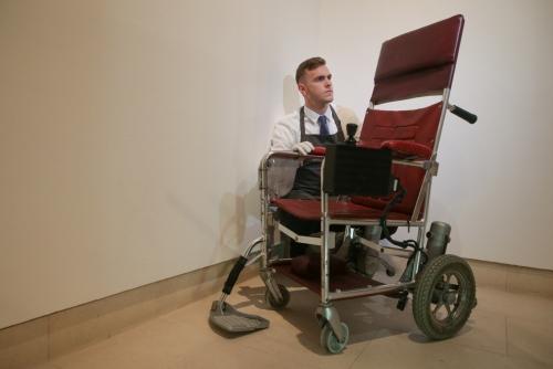 ▲지난달 30일(현지시간) 영국 런던 크리스티 경매장에서 3월 타계한 물리학자 스티븐 호킹 박사의 유품 경매를 위한 포토콜 행사가 열린 가운데, 경매장 관계자가 호킹 박사의 전동 휠체어를 살펴보고 있다. 런던/연합뉴스