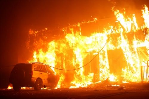▲미국 캘리포니아주 뷰트카운티 파라다이스 지역에 8일(현지시간) 대형 산불이 발생한 가운데 건물과 차량이 화염에 휩싸여 있다. 뷰트카운티/로이터연합뉴스