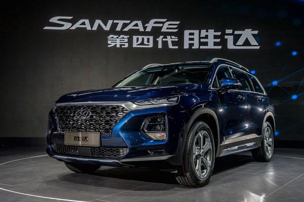 ▲현대자동차가16일(현지시각) 2018 이하 광저우 모터쇼에서 세계 최초로 공개한 중국형 신형 싼타페 '제4세대셩다' 사진제공 현대차