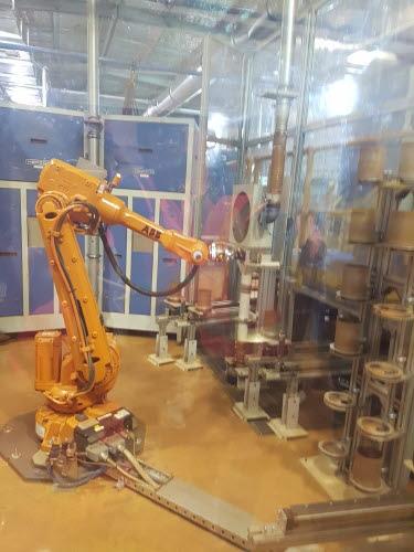 ▲프로세싱 플랜트 과정에 들어가기 앞서 로봇이 철광석을 분류하고 있다. 하유미 기자 jscs508@