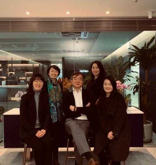 ▲플랫바이오 공동 창립자인 유현경 이사, 차미영 대표, 김선진 회장, 이호정 이사, 하영은 팀장(왼쪽부터).
