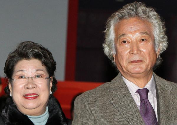 ▲4일 새벽 한국 영화계의 큰 별 배우 신성일(오른쪽)이 81세의 일기로 영면에 들었다. 부인인 배우 엄앵란(왼쪽)이 이날 고인을 기리며 남긴 말이 화제가 되고 있다.(연합뉴스)