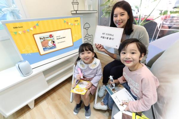 ▲엄마와 아이 모델이 KT AI 홈스쿨 기가지니 세이펜 서비스를 사용하고 있다. 사진제공=KT