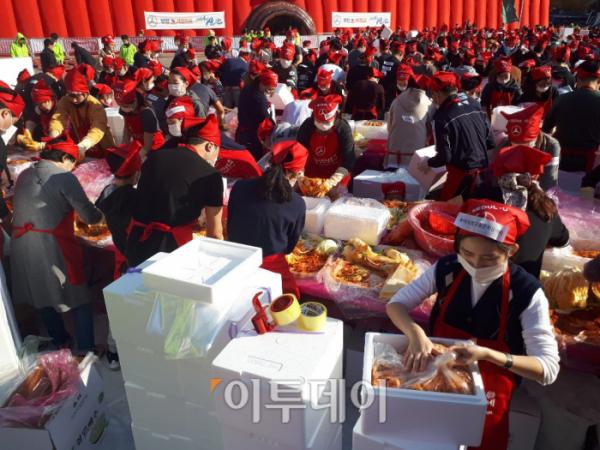 ▲월드기네스를 위한 시작을 알리자 시민들이 김치 만들기에 나서고 있다. (이재영 기자 ljy0403@)