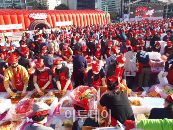 ▲3500여 명의 시민들이 4일 오후 서울광장에서 열린 '서울김장문화제 2018'에 참석해 사랑의 김장나누기를 진행하고 있다. 이날 행사에서 시민들은 월드기네스 기록을 달성하며 그 의미를 더했다. (이재영 기자 ljy0403@)
