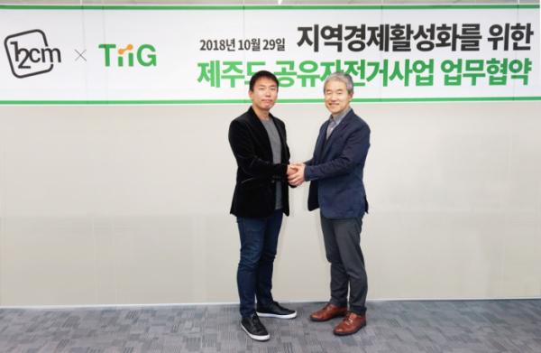 ▲원투씨엠의 박근영 이사와 티그 이태현 대표가 업무협약을 체결하고 기념촬영 하고 있다.