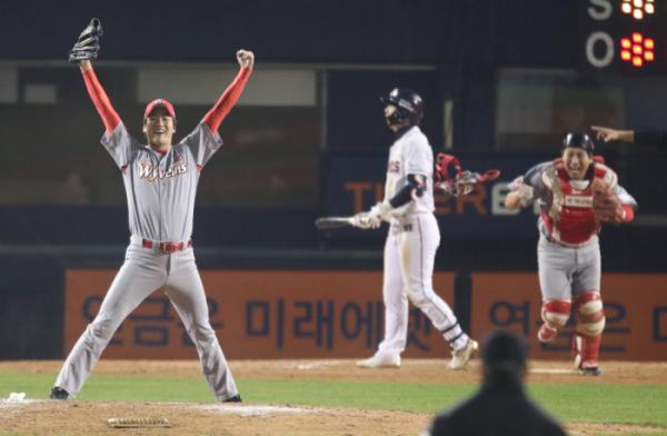 ▲2018 한국시리즈 우승을 결정지은 SK와이번스의 에이스 투수 김광현이 만세 세레머니를 하고 있다. (연합뉴스)