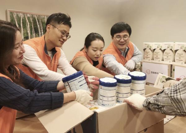 ▲한화투자증권 임직원들이 영유아들에게 필요한 물품을 준비하고 있다. (사진제공=한화투자증권)