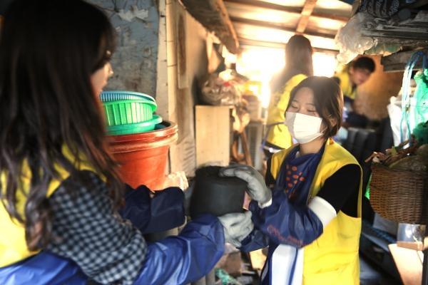 ▲아워홈 임직원들이 에너지소외가정을 찾아 연탄을 전달하고 있다.(아워홈 제공)