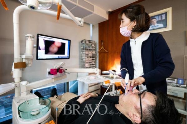 ▲서울 강남의 한 치과에서 큐레이펜 씨로 환자의 충치를 진단하고 있다. (이준호 기자 jhlee@)