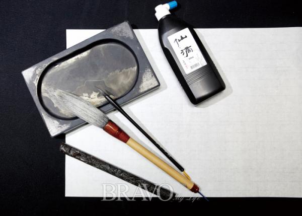 ▲캘리그라피에 사용되는 붓, 먹, 머루, 종이 등.(오병돈 프리랜서 obdlife@gmail.com)