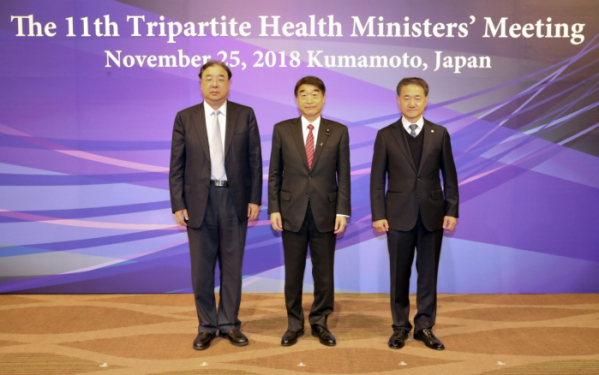 ▲(왼쪽부터) 마 샤오웨이(MA Xiaowei) 중국 국가위생건강위원회 주임(장관), 네무토 타쿠미(NEMOTO Takumi) 일본 후생노동성 대신(장관), 박능후 보건복지부 장관이 24일부터 이틀간 일본 구마모토에서 개최된 '제11차 한·중·일 보건장관회의'에 참석하기에 앞서 기념촬영을 하고 있다.(제공=보건복지부)