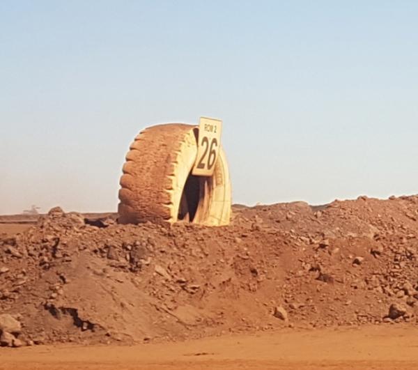 ▲각각 성질, 품질이 다른 철광석을 47개로 분류한 더미 중 한 곳(26번). 하유미 기자 jscs508@