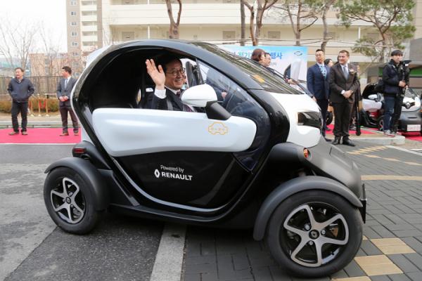 ▲LH행복카 전기차 오픈행사에서 더불어민주당 김한정 국회의원(남양주을)이 트위지를 시승하고 있다. (사진제공=르노삼성)
