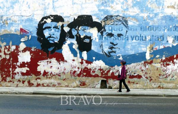 ▲쿠바혁명의 3인방이 그려진 하바나 벽화 앞에 선 필자(이화자 작가 제공)