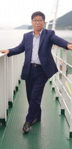 ▲한상하(49) 재기중소기업원장이 경남 통영 죽도로 가는 배에서 포즈를 취하고 있다. (사진제공=한상하 원장)
