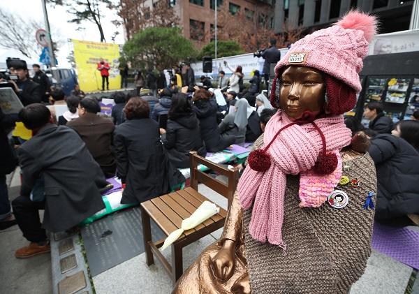 ▲21일 서울 종로구 옛 일본대사관 앞에서 일본군 위안부 문제 해결을 위한 수요집회가 열리고 있다.(연합뉴스)
