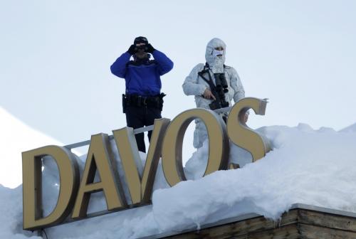 ▲스위스 다보스에서 1월 25일(현지시간) 세계경제포럼(WEF)이 열리는 중 군인들이 회의장 지붕에서 경비를 서고 있다. 다보스/AP뉴시스