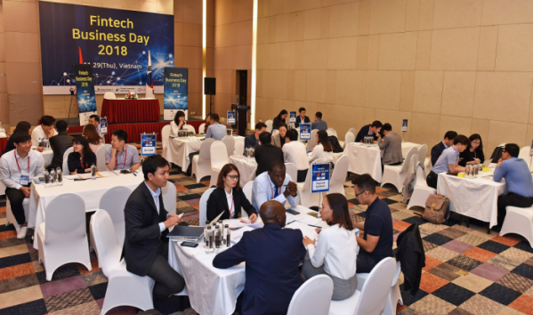 ▲국내 핀테크 기업들이 베트남 하노이에서 비지니스 상담을 하고 있다.