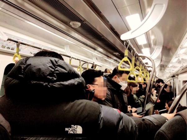 ▲선정릉역에 도착하자 열차는 더 이상 사람이 탑승하기 힘든 '지옥철'이 됐다. (나경연 기자 contest@)