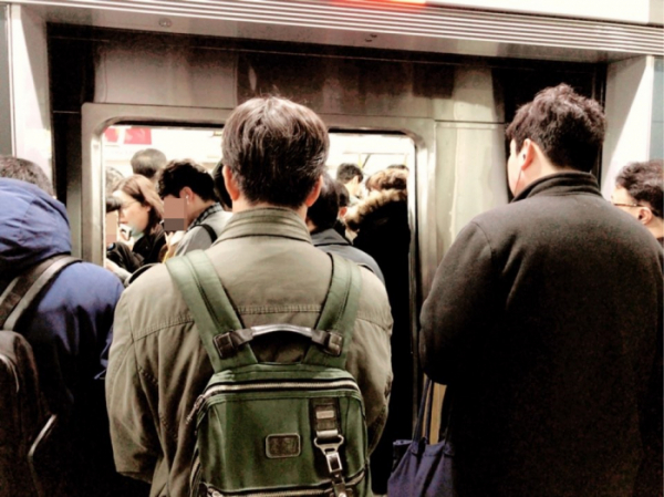 ▲고속터미널역에서 급행열차를 기다리던 이용객들은 열차가 도착해도 쉽게 탑승할 수가 없었다. 이들은 두 대가량 넘게 보내고서야 열차에 오를 수 있었다. (나경연 기자 contest@)