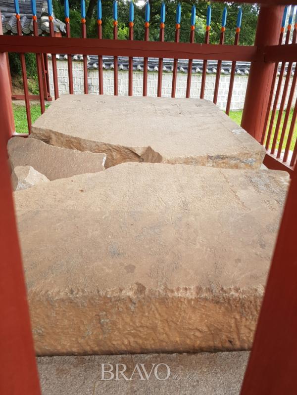 ▲깨어진 기존 비석은 별도로 파비각(破碑閣)을 세워 보존, 전시하고 있다.(김신묵 동년기자)