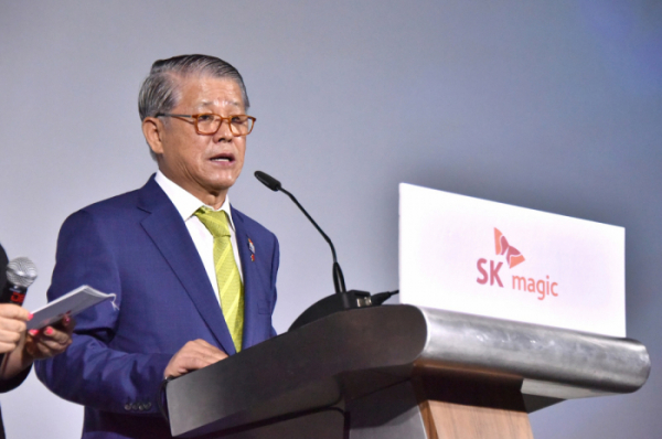 ▲최신원 SK네트웍스 회장이 4일 열린 자사의 말레이시아 가전 판매 법인 발대식 행사에서 격려사를 하고 있다. (사진 제공=SK네트웍스)