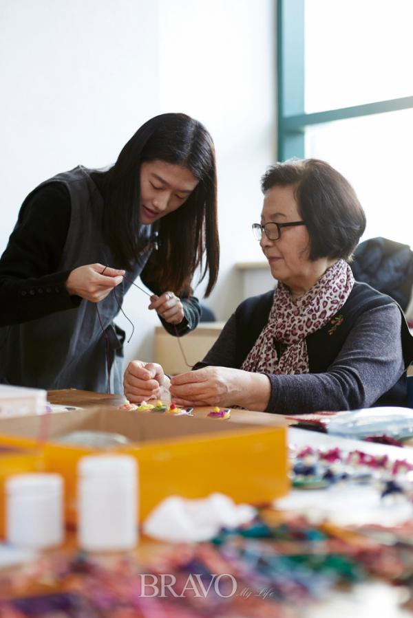 ▲오벌가락지매듭을 차분히 배우고 있는 한미자 씨.(사진 오병돈 프리랜서 obdlife@gmail.com)