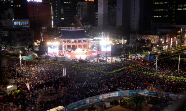 ▲매년 1월 1일 새벽 시민들은 서울 종로구 보신각에 모여 타종 소리를 들으며 새해를 맞이한다. (뉴시스)