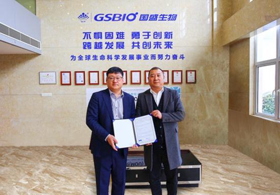 ▲시선바이오머티리얼스의 박성민 진단사업부 본부장(왼쪽)이 중국 GSBIO 관계자와 MOU를 체결한 뒤 기념사진을 촬영하고 있다. 시선바이오머티리얼스 제공.
