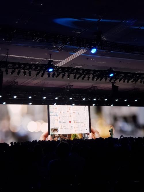 ▲삼성전자가 작년 11월 미국 샌프란시스코에서 열린 행사에서 폴더블폰을 소개하고 있다. 사진제공=삼성전자