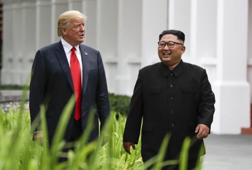 ▲도널드 트럼프(왼쪽) 미국 대통령과 김정은 북한 국무위원장이 작년 6월 12일(현지시간) 싱가포르 센토사섬의 카펠라 리조트에서 1차 북미정상회담 도중 함께 거닐고 있다. 2차 북미회담이 다음 달 중순 베트남에서 열릴 것이라는 관측이 최근 급부상하고 있다. 싱가포르/AP뉴시스