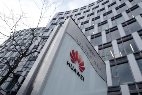 ▲폴란드 바르샤바의 화웨이 사무실 앞에 회사 로고가 걸려있다. 바르샤바/로이터연합뉴스