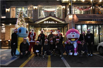 ▲2018년 겨울 크리스마스를 기념해 사회봉사에 나선 쌍방울 직원들의 모습(사진제공=쌍방울)