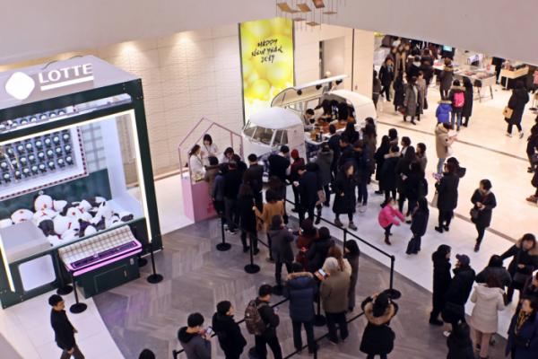 ▲4일 오전 롯데백화점 인천터미널점 오픈을 맞아 방문한 고객들이 쇼핑을 즐기고 있다.(사진제공=롯데백화점)