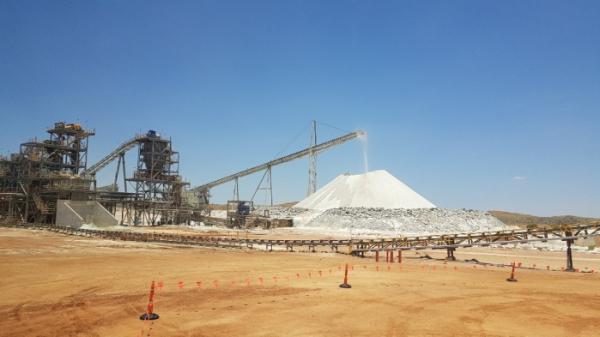 ▲필강구라 광산에서 분쇄한 리튬광석을 컨베이어로 이동해 야적하고 있다.(사진=연합뉴스)
