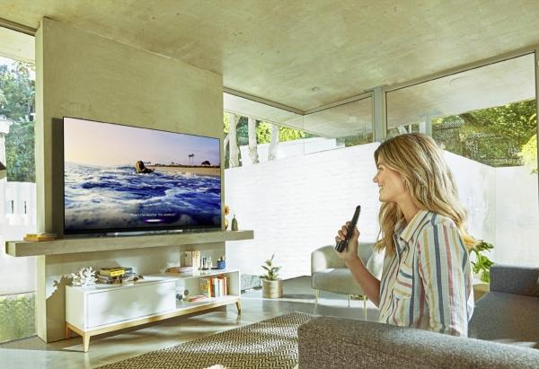▲LG전자는 'CES 2019' 전시회에서 더 강력해진 인공지능 기능을 적용한 TV 신제품을 대거 공개한다. 모델이 인공지능 프로세서 '알파9 2세대(α9 Gen 2)' 및 다양한 인공지능 플랫폼을 연동한 LG 올레드 TV 신제품으로 인공지능 기능을 이용하고 있다. 사진제공 LG전자