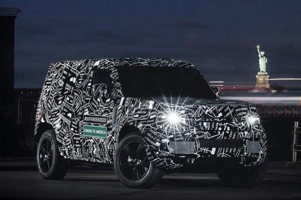 ▲랜드로버는 2020년 디펜더 신형 출시를 앞두고 위장막 사진을 공개했다. 현재 다른 랜드로버 라인업과 달리 직선을 강조한 것이 특징이다.