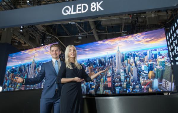 ▲삼성전자가 지난달 미국 라스베이거스에서 열린 'CES 2019' 프레스 콘퍼런스에서 공개한 QLED 8K TV 98형 (사진제공=삼성전자)