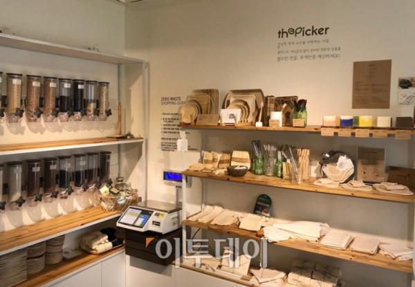 ▲포장지 없는 가게 '더피커'의 인테리어는 독일의 '오리기날 운페어팍트'와 비슷했다. 신선도를 유지하기 위해 식료품은 작은 유리통에 담았고, 식료품이 팔리는 대로 직원이 계속 채워 나갔다. (나경연 기자 contest@)
